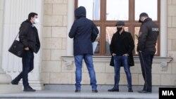 Илустрација - Граѓани и полиција со заштитни маски за лице во Скопје