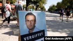 Постер със снимката на Алексей Навални, разположен пред руското посолство в Берлин в деня, когато той беше изписан от болницата.