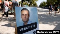 Постер с изображением Алексея Навального с надписью «Отравлен» у здания посольства России в Германии. Берлин, 23 сентября 2020 года