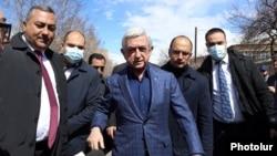 Экс-президент Армении Серж Саргсян во дворе здания суда, 18 марта 2021 г.