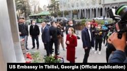 Посол США в Грузии Келли Дегнан у мемориала погибшим 9-го апреля