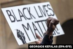 """Protestuesit në Bazel të Zvicrës kanë mbajtur një pano ku shkruan: """"Jeta e personave me ngjyrë kanë rëndësi""""."""