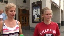 Опрос молодых людей на улицах Москвы о спорте