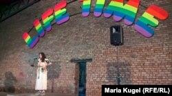 Куратор RIBOCA2 Ребекка Ламарш-Вадель на фоне работы Уго Рондиноне life time