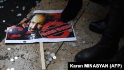 Плакат с изображением Никола Пашиняна у ног его противников во время одного из митингов оппозиции