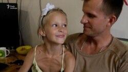 6-летняя дочь Николая Петаева Даша помогает по хозяйству