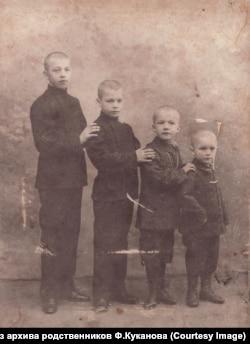 1908 год, с братьями. Федор – самый младший