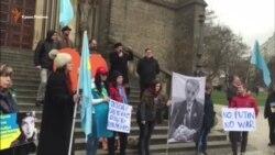 Pragada Qırımnıñ siyasiy mabuslarına qoltutmaq içün yürüş yapqanlar (video)