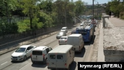 Пробка на спуске из центра к железнодорожному вокзалу Севастополя, 20 мая 2021 года (Иллюстративное фото)