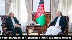 منصور احمد خان، سفیر پاکستان در کابل (چپ) و محمد حنیف اتمر، وزیر خارجه افغانستان