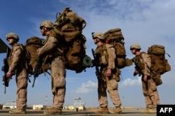 АҚШ пен Ұлыбритания сарбаздары Гильменд провинциясындағы әскери базадан кетіп жатыр.