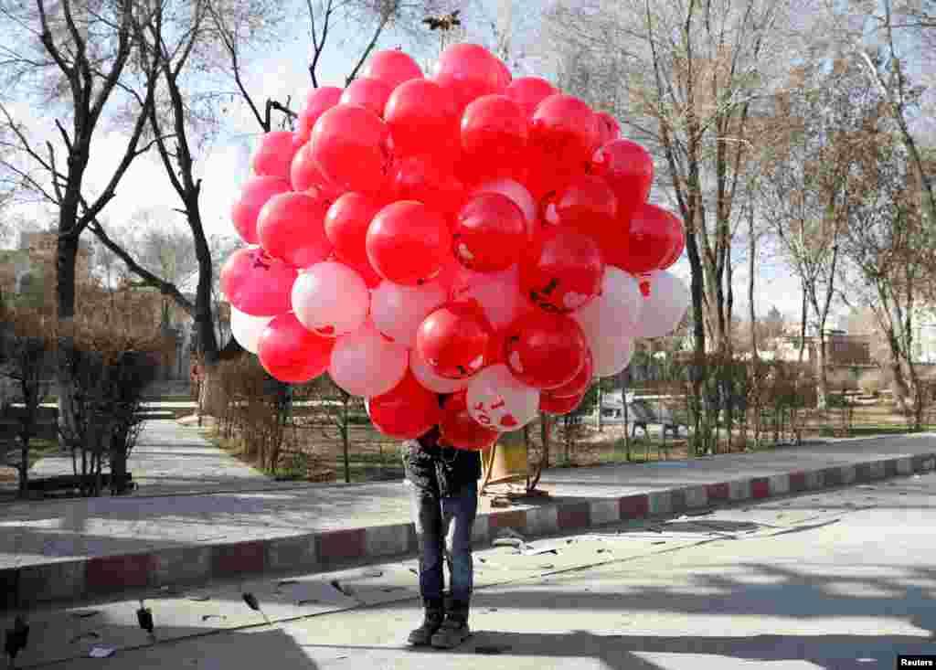 Афганський хлопчик продає повітряні кульки під час святкування Дня закоханих у Кабулі, Афганістан, 14 лютого 2021 року
