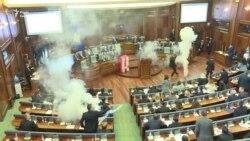 Сльозогінний газ у парламенті Косова (відео)