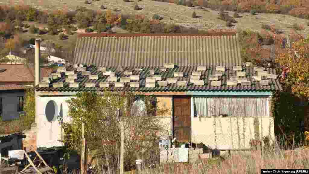 Інкерманські камені рятують шифер на даху цього будинку від пошкодження сильним вітром