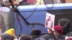 Sute de ucraineni revoltați au protestat la Kiev după uciderea unei avocate amenințată cu moartea