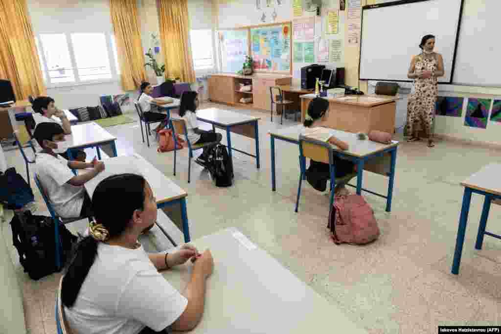 КИПАР - Поради влошената епидемиолошка слика, кипарската Влада, наместо олабавување на постојните, одлучи да воведе построги мерки и да ги затвори моловите, угостителските објекти, црквите, дел од средните училишта и универзитетите.