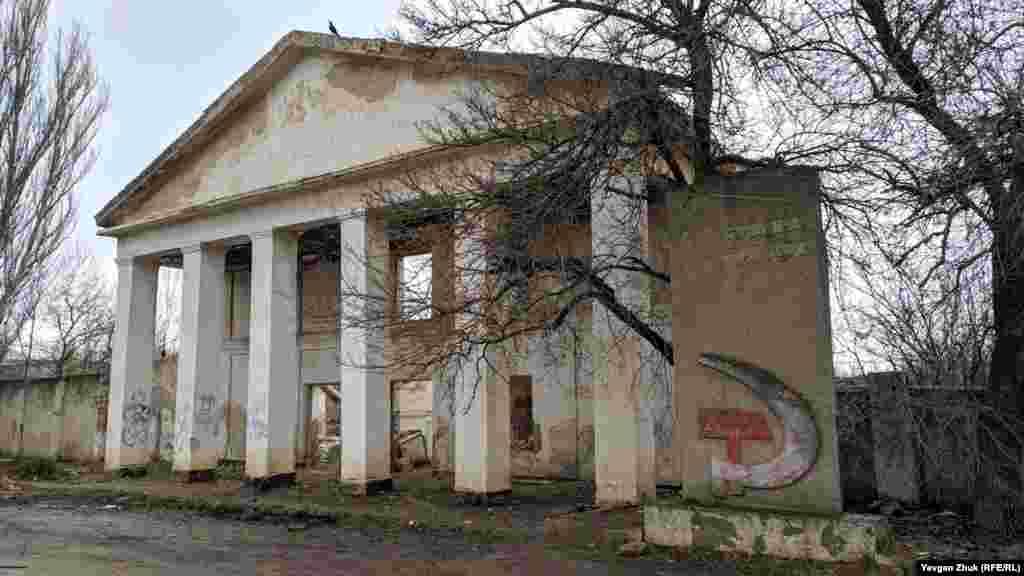 Від адміністративної будівлі Джанкойського консервного заводу на вулиці Кримській залишилася одна стіна. Ще 15 років тому завод працював, потім його закрили, почалося розграбування. До 2010 року допрацював тільки жестяночний цех