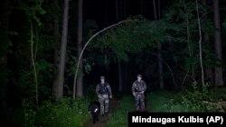 Литовські прикордонники патрулюють ліси на кордоні з Білоруссю, 10 червня 2021 року