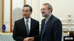 علی لاریجانی در یکی از ملاقاتهای خود با وانگ یی، وزیر خارجه چین