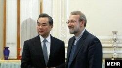 КЭРдин тышкы иштер министри Ваңг И Тегеранда мурдагы парламент спикери Али Ларижани менен жолугушту. 2021-жылдын 27-марты.
