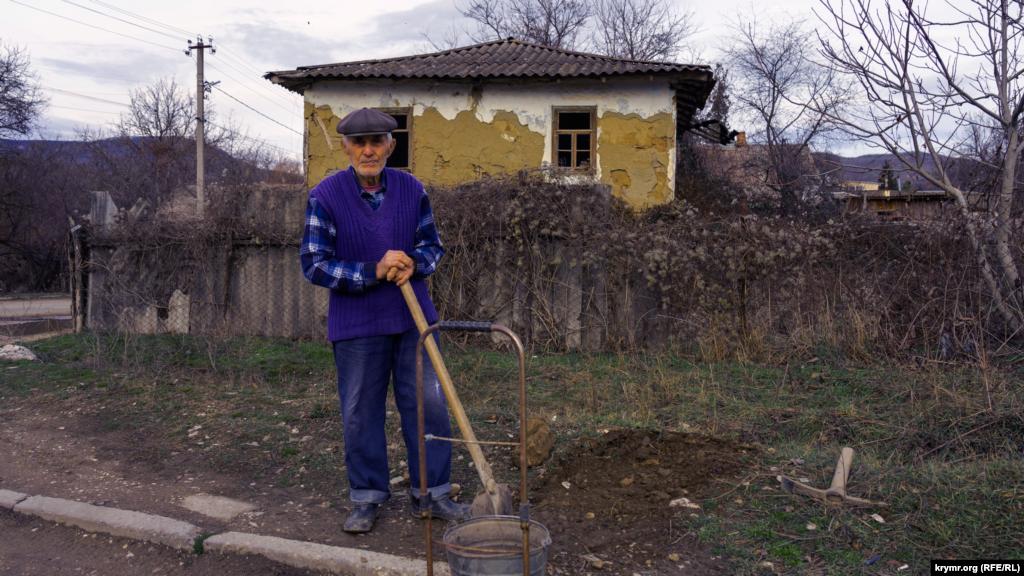 87-летнему Сейфуле-ага дома не сидится, он решил засыпать лужи на обочине. Из мест депортации – Кыргызстана – мужчина с родственниками возвратился на историческую родину в мае 1988 года