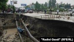 د تاجکستان کولاب ښار کې د بارانونو له امله د ځمکې ښویېدل