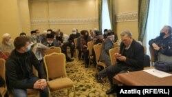 Конференциягә җыела башлаган халыкка урынның үзгәртелүен әйттеләр