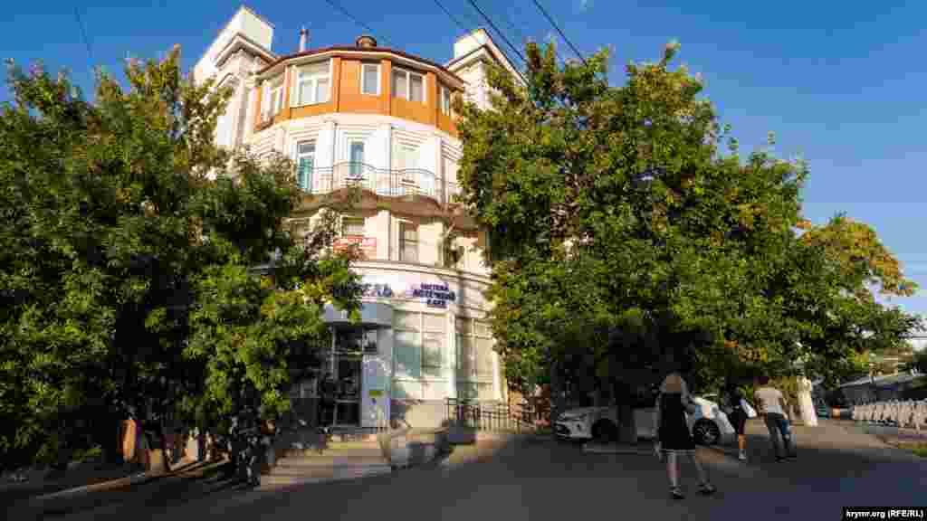 Будинок на вулиці Воровського, 6 побудували в 1930-х роках в стилі сталінського ампіру. Після закінчення Другої світової війни відновлювали полонені німці, стверджує Вікіпедія