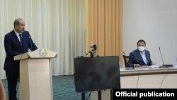 Премьер-министр Узбекистана Абдулла Арипов и глава Ферганской области Шухрат Ганиев в Сохском районе, 12 августа 2020 года.