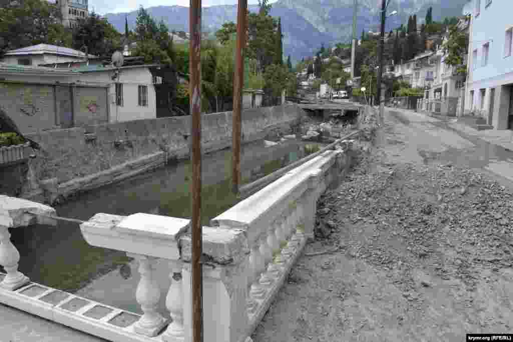 Найбільше постраждала від Учан-Су вулиця Бірюкова. Річище протягом місяця очистили від мулу і каменів, але результати впливу води все ще видно