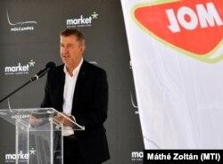 Scheer Sándor a Market vezérigazgatójaként beszédet mond a Mol székházának bokrétaünnepségén.