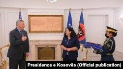 Presidentja e Kosovës, Vjosa Osmani, në takim me ambasadorin në largim të Shteteve të Bashkuara në Kosovë, Philip Kosnett, 13 shtator, 2021.