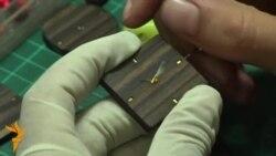 Индонезийские мастера производят наручные часы из деревянных отходов