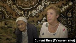 Бывшая нацистская узница Валентина Антоник и ее дочь Ольга Епифанцева в Керчи