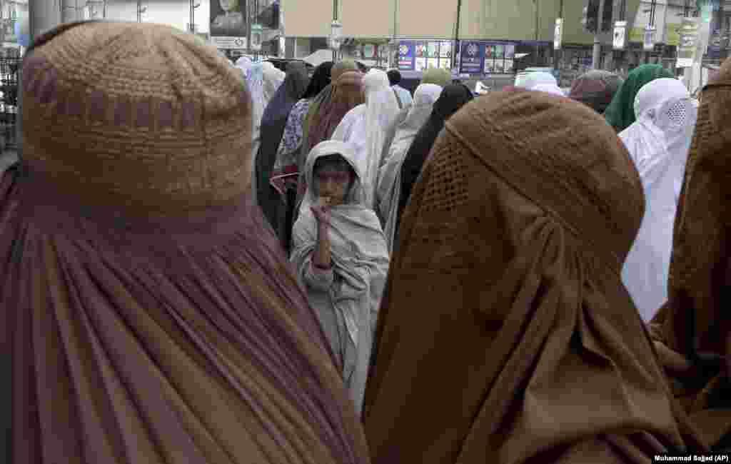 Женщины в очереди перед зданием администрации в Пешаваре. Они стоят за финансовой помощью, выдаваемой нуждающимся в рамках правительственной программы в преддверии священного для мусульман месяца.