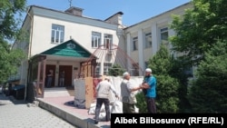 Выборы муфтия сопровождаются скандалами. На фото - участники акции протеста у здания муфтията. 21 мая 2021 года.