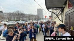 Moscova: protestul tinerilo în fața tribunalului care anchetează patru jurnaliști ai revistei studențești DOXA, Rusia, 14 aprilie 2021.