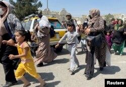 ქალები შვილებთან ერთად ცდილობენ შევიდნენ ჰამიდ კარზაის საერთაშორისო აეროპორტში ქაბულში, ავღანეთში. 16 აგვისტო, 2021.
