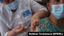 В одном из пунктов вакцинации в Бишкеке. Май 2021 года.