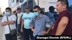 Водители автобусов в Актобе, проводившие двухдневную забастовку, требуя выплаты зарплат за июль, 19 августа 2021 года