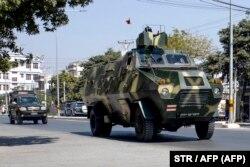 Военный патруль на улице в Мандалае, втором по величине городе Мьянмы. 3 февраля 2021 года