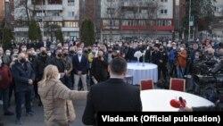 Угостителите и на денешниот протест, како и на минатиот, поставија свадбен декор пред Владата