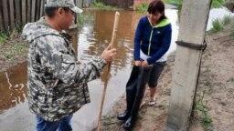 Мэр Кызыла Карим Сагаан-оол дарит пострадавшей от наводнения сапоги