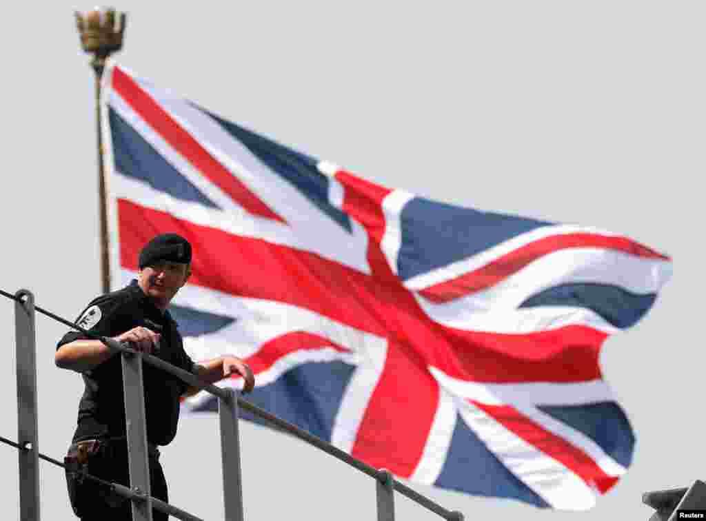 ВЕЛИКА БРИТАНИЈА - Обединетото кралство ги негираше извештаите дека руски брод предупредувачки пукал кон брод на британската воена морнарица во Црното море, наведувајќи дека инцидентот е дел од претходно најавена воена вежба.