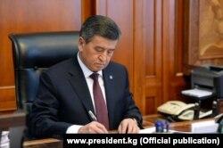 Президент Киргизстану Сооронбай Жеенбеков повідомив про свою відставку 15 жовтня