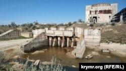 Гідротехнічні споруди Кримської АЕС на передньому плані, за ними – будівля першого енергоблоку