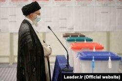 Высший руководитель Ирана, Великий аятолла Али Хаменеи на пресс-конференции в Тегеране в день голосования. 18 июня 2021 года