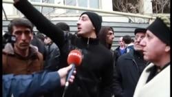Polislər bu oğlanın danışıb qurtarmağını gözləyir [Video]
