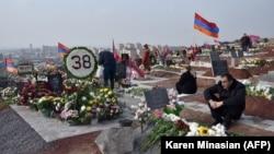 Ermeniler bölünip aýrylan Daglyk-Garabag sebitiniň üstünde turan soňky söweşde öldürilen dogan-garyndaşlarynyň mazarlaryny zyýarat edýärler. 12-nji dekabr, 2020 ý. Ýerewan. Ermenistan.