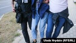 A rendőrök által lábon lőtt Nasa Niva-tudósítót újságíró társai segítik 2020. augusztus 10-én